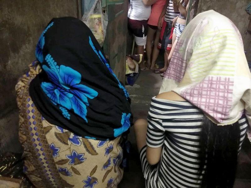 NAKIG-ATUBANG SA MEDIA: Ang kapuyo ni Eddie Basilliotte, kinsa giingong gikulata sa kapulisan gikan sa Talamban Police Station ug laing babaye,  ilang ngan gipugngan ning mantalaan, nakig-atubang sa media kagabii, Abril 28, ug ang asawa nialegar nga gihulga ni Cebu City Police Office (CCPO) Chief Royina Garma ang iyang  bana sulod sa detention cell  niadtong Sabado, Abril 27. (Fe marie Dumaboc)