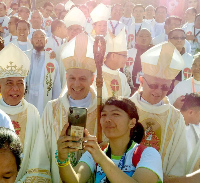 "SAY ""FONTINA"": Gabriele Giordano Caccia, Papal Nuncio to the Philippines (middle), seen here posing for a groupie with Cebu Archbishop Jose Palma (right) and other church officials, urged delegates of the National Youth Day to free themselves from cellphone addiction. (SunStar foto / Amper Campaña)"