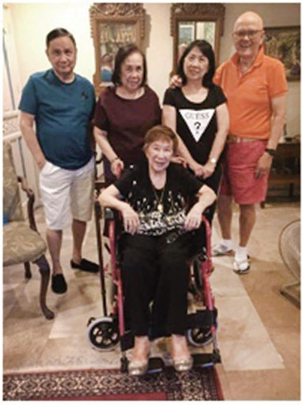 BONDING TIME. Lydia Castillo (seated) with siblings Larry Silva, MCE, Leda and Ed Zaragoza in San Lorenzo Village.