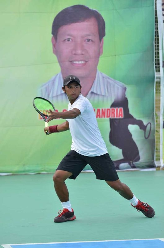 DAVAO. New champion Bukidnon native John Bryan Otico upsets defending champion Butuan City ace Johnny Arcilla in two sets to clinch the men's single title of the recently-concluded 3rd James Gamao Invitational Tennis Tournament in Panabo City. (Photo courtesy Boy Diong/Flot Group)