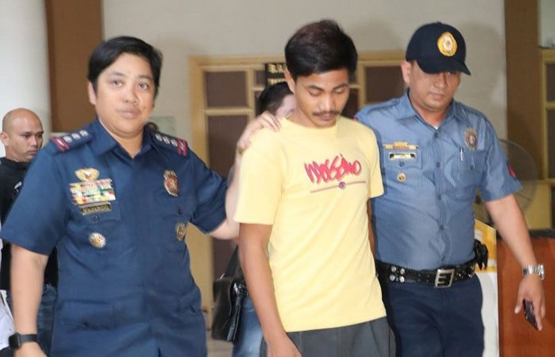 "CITY OF SAN FERNANDO. Police Colonel Jean Fajardo, PNP Pampanga provincial director, accompanies Rodel Banag, a suspect in the robbery and stabbing of a student recently. Banag surrendered last Monday to Vice Gov. Dennis ""Delta"" G. Pineda. (Chris Navarr"