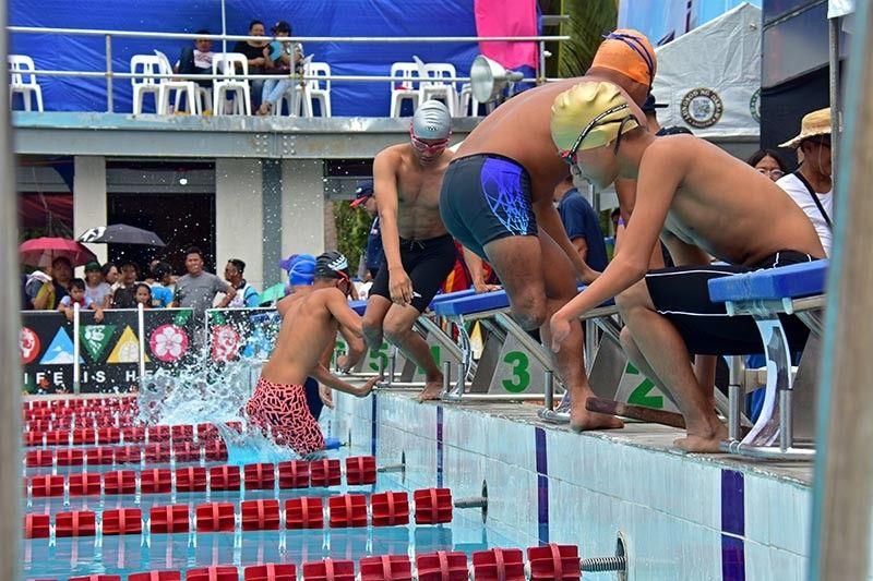 LUYO sa apan nila sa lawas, apan dasig ning mga Orthopedically Handicapped Swimmers nga nakigtigi sa 50 meter back stroke swim atol sa unang adlaw sa Palarong Pambansa and Para Games swimming competition sa Davao City - University of the Philippines Sports Complex Aquatic Center sa Mintal, Davao City. (Macky Lim)