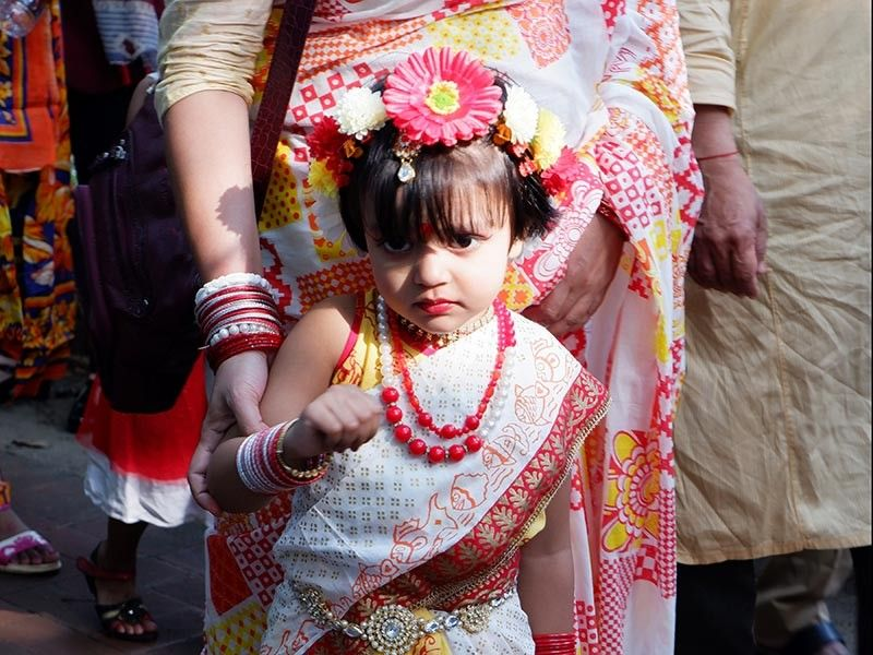 BANGLADESH. Young Bengali miss in sari and head garland. (Jinggoy I. Salvador)