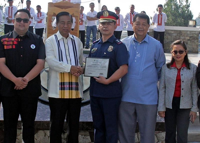 BAGUIO. City officials present the certificate of recognition to P/Lt. Col. Johnson Abellera, P/CMSgt. Jennifer Sabiniano, P/MSgt. Anthony Duday and P/MSgt Johndido Dayagan Jr. for the apprehension of former City Treasury Disbursing Officer II Evelyn Moya Gomez, who allegedly malversed close to P2 million cash at the Treasury Office 17 years ago. (Bong Cayabyab)