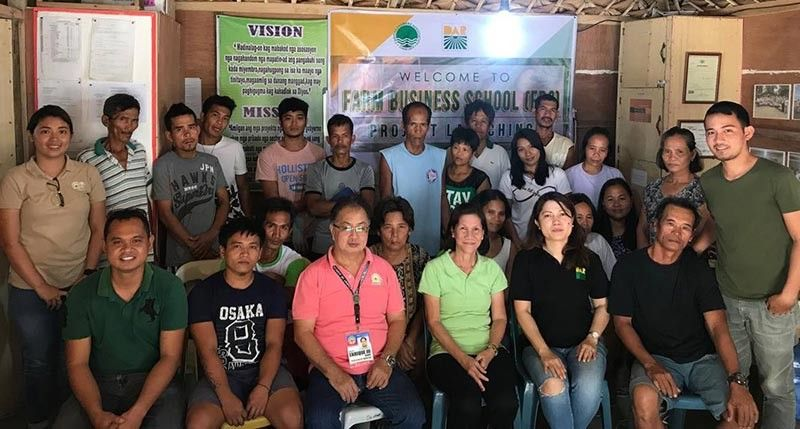BACOLOD. DAR Chief Agrarian Reform Program Officer Rizalina Yuguing (seated, second from right), Municipal Agrarian Reform Program Officer Myrna Omaliao (seated, third from right) and Cadiz City Agriculture Officer Enrique Escares III (seated, third from left) with the members of Caridad Farmers Association during the launching of Farm Business School project at Barangay Luna in the said city recently. (Contributed Photo)