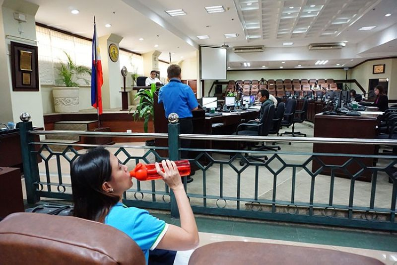 CEBU. Metropolitan Cebu Water District (MCWD) spokesperson Charmaine Rodriguez-Kara drinks water from MCWD's tap during an executive session called by the Cebu City Council to address the water problem. (Alex Badayos)