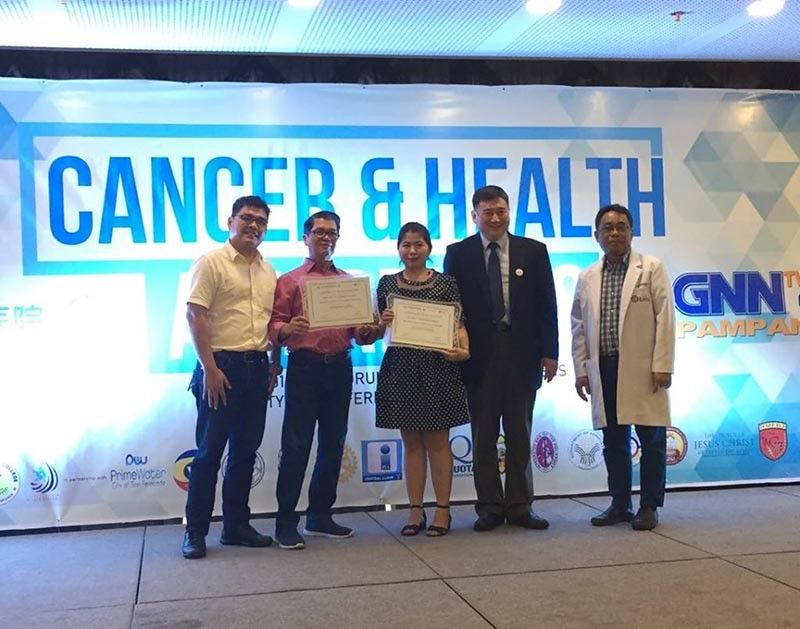 PAMPANGA. GNN TV44 General Manager Benny Guinto and News and Current Affairs Head Patricia Mamangun receive a plaque of appreciation from Fuda Cancer Hospital VP Dr. Mu Feng, Philippines Coordinator Segundo Cruz III and St. Luke's General Cancer Surgeon Dr. Michael Hernandez for their support for the health lecture seminar held Tuesday at The Orchid Gardens. (Princess Clea Arcellaz)