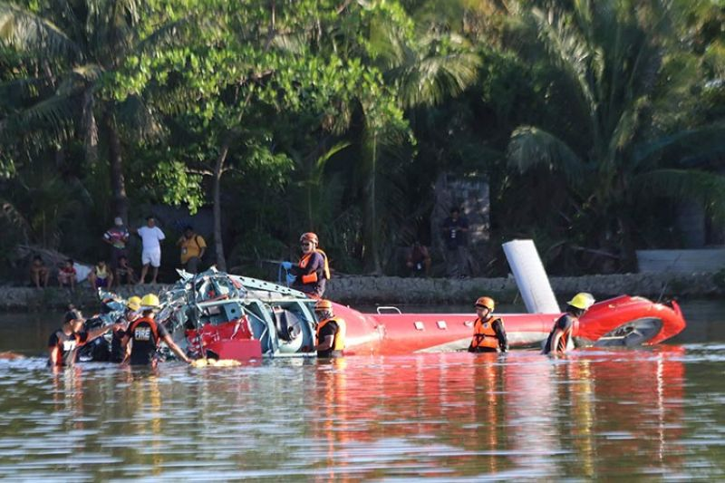BULACAN. Rescue unit of Bulacan PDRRMO and Bureau of Fire Protection try to retrieve the crashed private helicopter of PamCham Chairman Emeritus Levy P. Laus who died together with his pilot and bodyguard Thursday, April 25, 2019, in Barangay Anilao, Malolos City, Bulacan. (Chris Navarro)