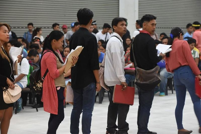 CEBU. Jobseekers lining up, waiting for their turn to be interviewed during the Labor Day job fair in SM City Cebu. (Allan Cuizon)
