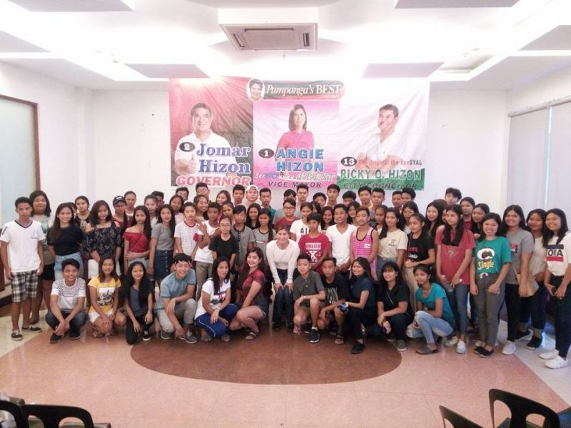 PAMPANGA. City of San Fernando vice mayoralty candidate Angie Hizon joins scholars whose schooling she helps finance through her own funds. (Contributed Photo)