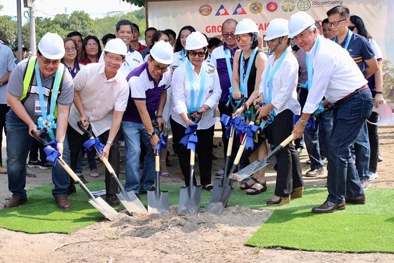 PAMPANGA. House Speaker Gloria Macapagal-Arroyo leads the groundbreaking ceremony of the country's first government-funded OFW Hospital and Diagnostic Center. The facility will rise in a two-hectare lot at the Provincial Engineering Office Compound in Barangay Sindalan, City of San Fernando. (PIA-Central Luzon)