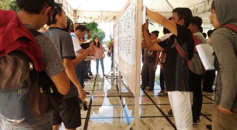 CEBU. Job seekers flocked to the Cebu Provincial Capitol in uptown Cebu City on Labor Day, May 1, to seek employment, whether in the country or abroad. In a report, the Cebu Provincial government reported that 120 out of 990 job seekers who availed of the job fair at the Capitol were hired on the spot. (SunStar Cebu/ Amper Campaña)