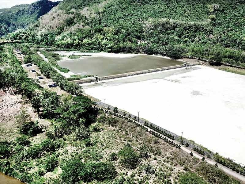 JACLUPAN DAM: Ang kasamtangang aerial view sa Jaclupan Dam sa dakbayan sa Talisay nga grabe ang pagkunhod sa pundo nga tubig. (Allan Cuizon)