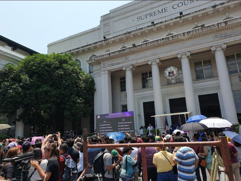 MANILA. Successful Bar examinees cheer as they see their names flashed on the LED screen at the SC New Building courtyard. A total of 1,800, or 22.07 percent, of the 8,158 examinees passed the 2018 Bar. (Supreme Court Photo)