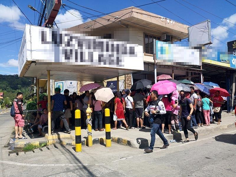 """DAVAO. Nanggawas karong panahona ang daghang mga money investment diin halos katawhan sa Davao Region na-miyembro na niini. Kini nga hulagway mao ang buhatan sa giisyuhan og """"cease and desist"""" order sa Davao City Anti-Scam Unit (ASU) gumikan walay permit didto sa Maa, Davao City. Nagbutyag ang ASU nga mabalik ilang operasyon kung naa na silay permit gikan sa City Business Bureau. (Macky Lim)"""