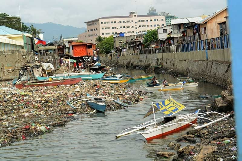 HEADED FOR THE WATER. The large volume of garbage accumulates at the mouth of the Guadalupe River in Barangay Ermita, Cebu City. The Lapu-Lapu City Government wants to make sure large firms are held accountable for the garbage that is found in its waters. (SunStar File)