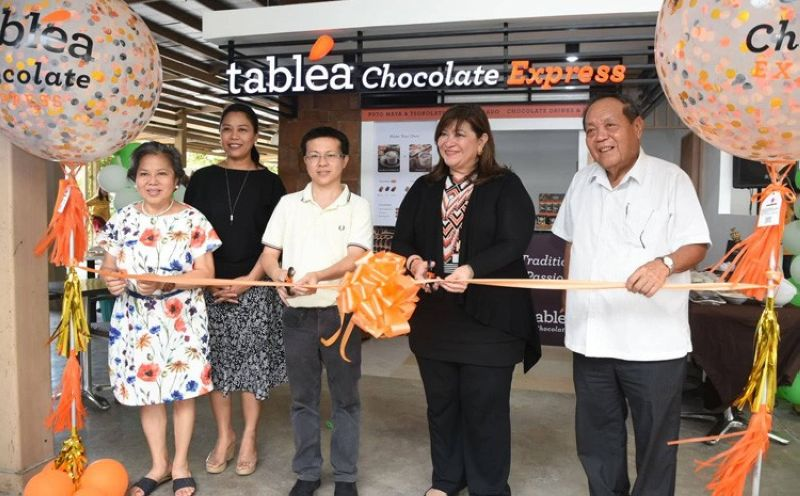 CEBU. Armi L. Garcia, Tablea Chocolate chief executive officer (fourth, from left) leads the ribbon cutting ceremony of the its new Tablea Chocolate Express Kiosk in Parkmall, Mandaue City. With Garcia is her husband Jesus Sr. (fifth, from left), Susana Co of the Cebu Cacao Development Council (first, from left) and Yael Sacris and Neal Carlson Co of Parkmall. (SunStar photo/ Allan Cuizon)