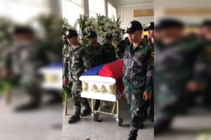 CEBU. Police Major Chuck Barandog, commander of the Cebu Mobile Company Force (CMCF), led the 21-gun salute outside the Cosmopolitan Funeral Homes around 2:45 p.m. (Photo courtesy of Cherry Ann Lim)