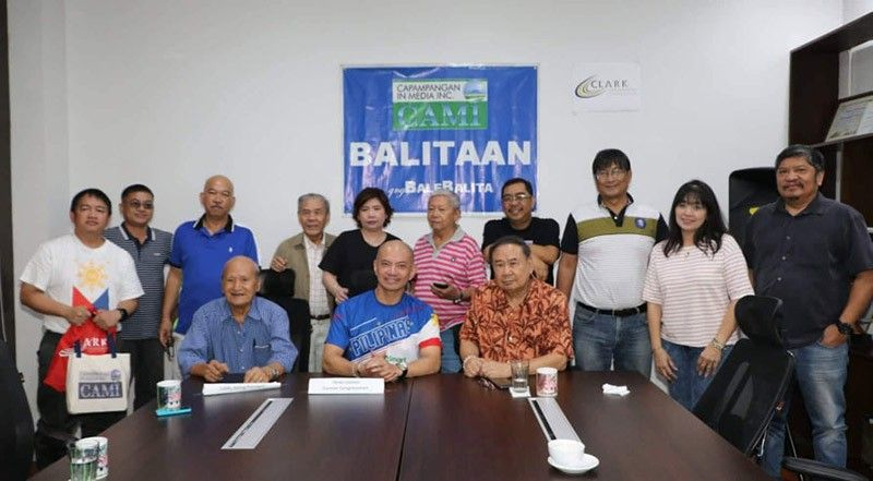 PAMPANGA. Former 1st District Congressman Joseller 'Yeng' Guiao joins officers of the Capampangan in Media Inc. during Friday's Balitaan queng Bale Balita, CDC, Clark Freeport Zone. Guiao, during the forum, underscored the need to establish a development plan for the Metro Clark area. (Chris Navarro)