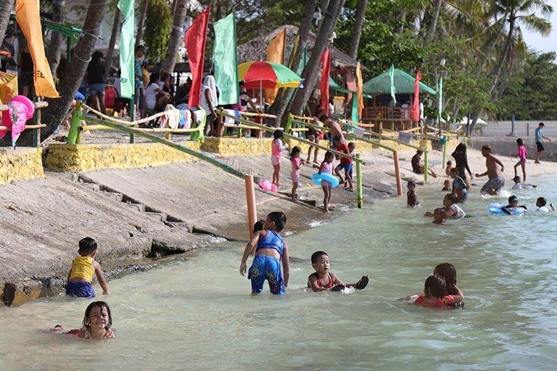Nalingaw og pangaligo sa dagat ang mga kabataan didto sa usa ka resort sa Barangay Caliclic, Babak District, Island Garden City of Samal (Igacos), gumikan summer karong panahon. (Mark Perandos)