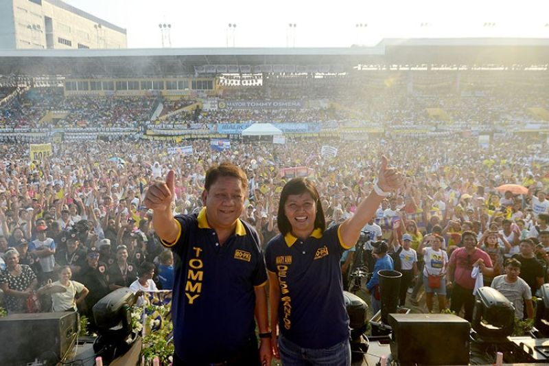 CEBU. Reelectionist Cebu City Mayor Tomas Osmeña and his running mate, City Councilor Mary Ann de los Santos, lead their group's miting de avance before some 25,000 supporters at the Cebu City Sports Center on Sunday, May 5. (SunStar/Alan Tangcawan)