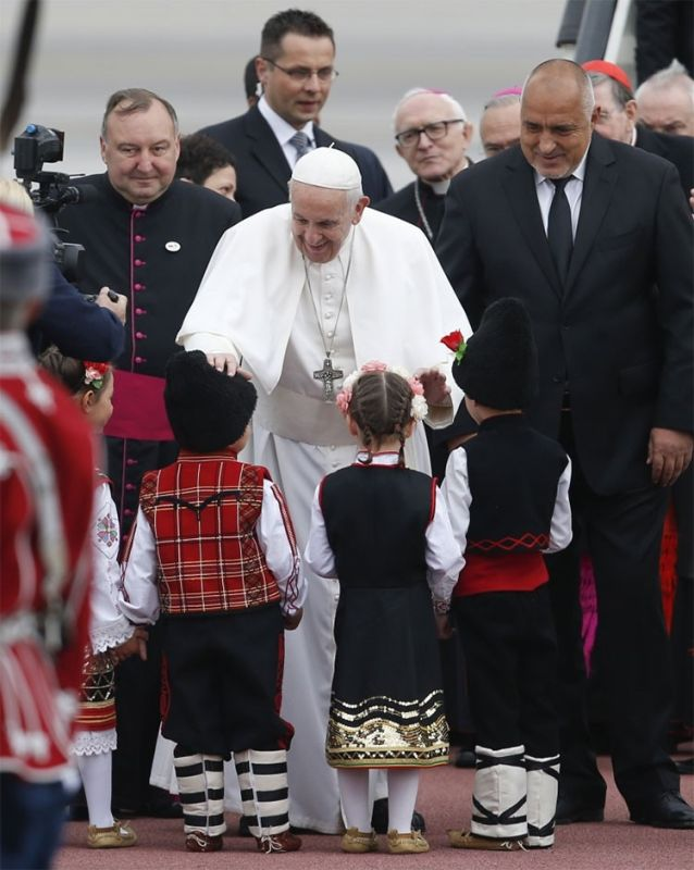 BULGARIA. Pope Francis is flanked by Prime Minister Boyko Borisov as he caresses children upon his arrival in Sofia, Bulgaria, Sunday, May 5, 2019. (AP)