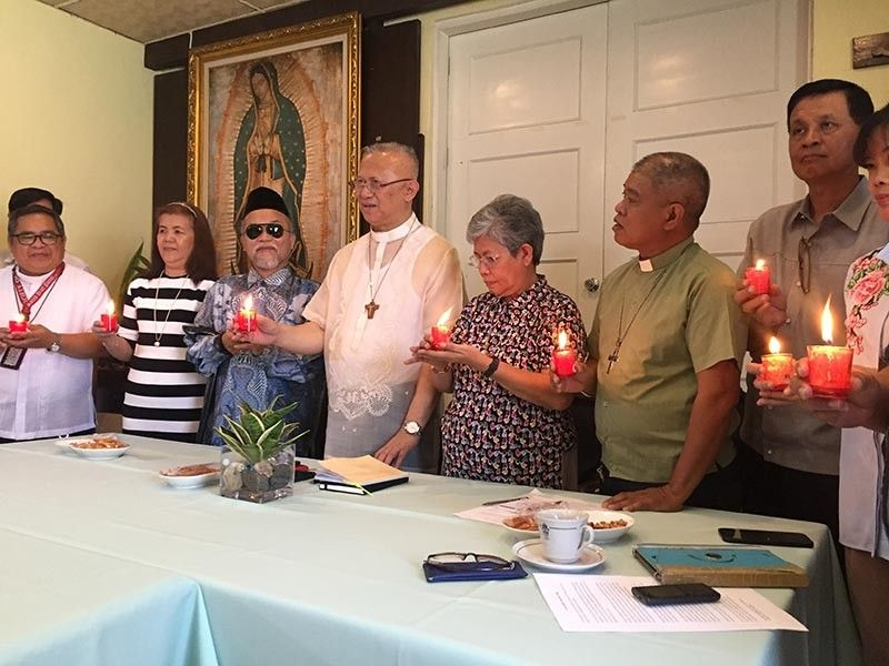 ONE IN PRAYER. Ustadz Najeeb Razul, a Mufti, and Cebu Archbishop Jose Palma (third and fourth from left) join leaders of other faiths in praying for peaceful elections. (SunStar photo / Jerra Mae Librea)