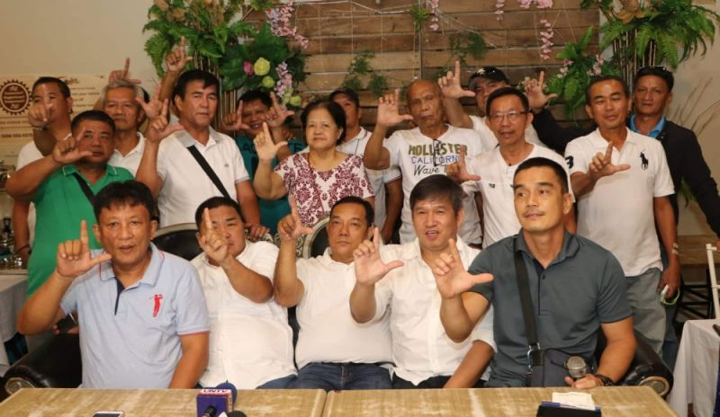 "PAMPANGA. Former Barangay Chairmen and Kagawads from several barangays in the City of San Fernando flash the ""Lazatin"" sign in support of re-electionist Vice Mayor Jimmy Lazatin during Monday's pledge of loyalty held at Bale Kapampangan, Dolores, this city. (Chris Navarro)"