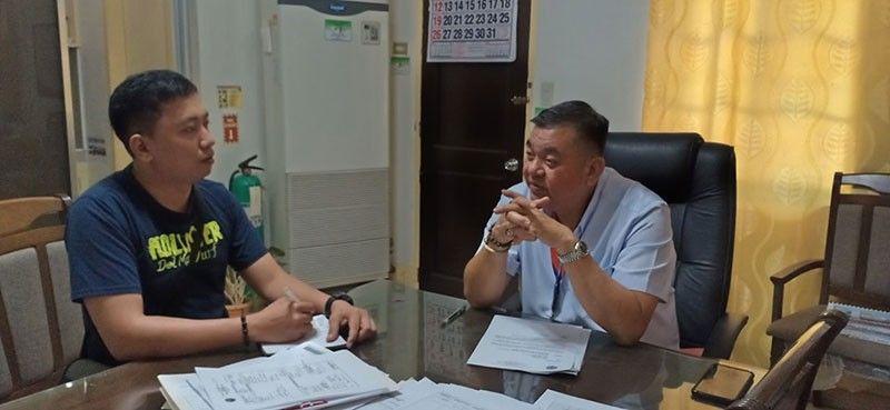 MGA PROYEKTO: Si Department of Public Works and Highways (DPWH) 4th District Engineering Office Engr. Lino Francisco Gonzales (tuo) mikwentada sa ilang mga proyekto nga nakompleto alang sa 2018. (John Kevin D. Pilapil)