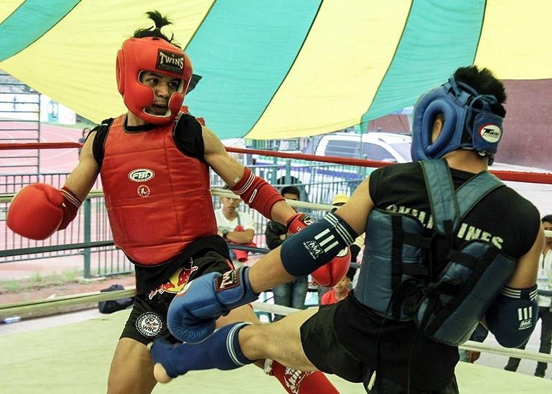 BAGUIO. Denby Diza from SIAM Youth defeats Reynaldo Buclay of DepEd Baguio in the 57kg senior category in the ongoing first Cordillera Leg Muay Thai Championship games May 7 to 10 at the Baguio Athletic Bowl. (Photo by Jean Nicole Cortes)