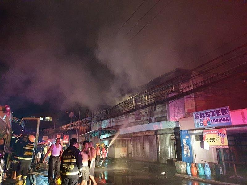 CAGAYAN DE ORO. Gitabang sa mga bombero ang nasunog nga gambalay sa dalan Vamenta, Barangay Carmen, Cagayan de Oro niadtong Martes sa gabii. (Kris C. Sialana)