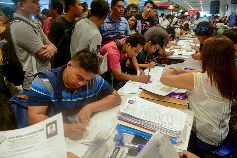 NO LONGER A BURDEN: First-time jobseekers can now focus their attention looking for job opportunities and not coming up with money to pay the fees. The   government now shoulders the cost of fees of government documents needed for job application. (SunStar file)