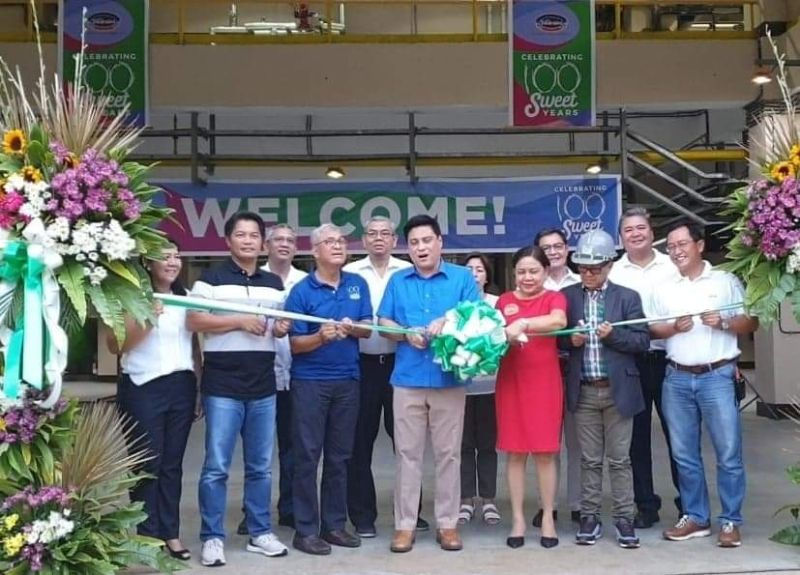 BACOLOD. Senator Juan Miguel Zubiri (4th, L-R), graces the unveiling of the Victorias Milling Company (VMC) Centennial anniversary marker borne out of the artistry of multi-awarded Negrense artist Moreen Austria, in collaboration with VMC officials and Don Bosco students. The unveiling was held on May 7, 2019 at the VMC compound. (Carla N. Canet)
