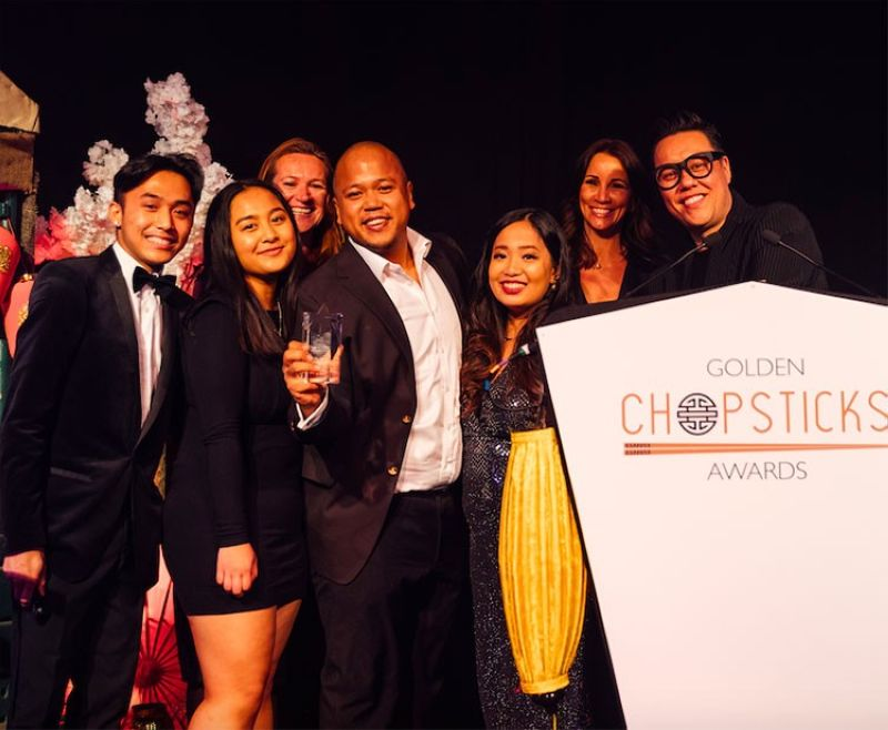 UK. Team Mamasons together with the brand's founders Omar Shah (2nd from left) and Mae Maglanoc (3rd from left) beam with pride as they receive the Best Sweet Treat award from Golden Chopsticks Awards co-founder Gok Wan. (Photo courtesy of GCA)