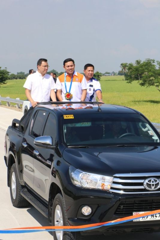 PAMPANGA. DPWH Secretary Mark Villar, DPWH-Central Luzon Director Roseller Tolentino and Bulacan Second District Representative Apol Pancho lead Thursday's (May 9) inauguration of the P732-million, 9.6-km Pulilan-Baliuag Diversion Road. (Chris Navarro)