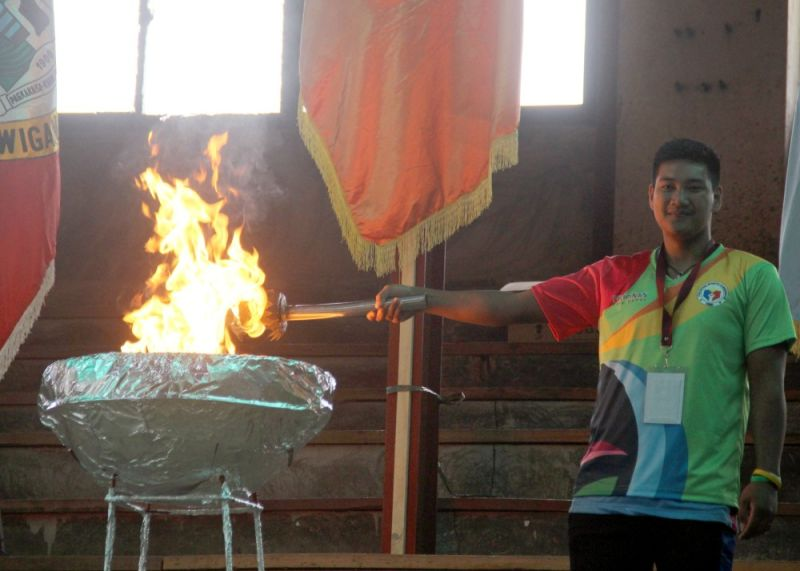 PARA GAMES IN BENGUET. Efren Abance lights up the torch on Thursday during the opening of the Pilipinas Para Games at Benguet Sports Center in Wangal, La Trinidad. Photo by Lauren Alimondo