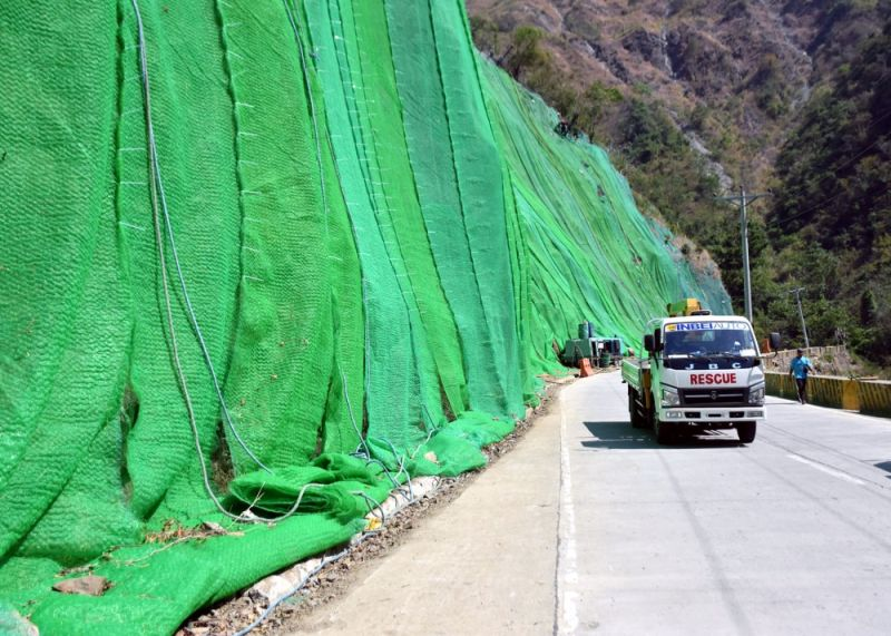 BENGUET. Rock netting and other rehabilitation works are still on – going in Kennon road. The afternoon rains in Baguio City and Benguet has prompted Task Force Kennon Road to keep the road closed for safety purposes. (Photo by Redjie Melvic Cawis)