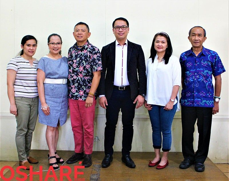 BAGUIO. Lawyer Froilan Cabarios and federation president Menandro Occidental with the Diamond Bank staff headed by president Peter Rey Bautista. (Photo by Osharé)