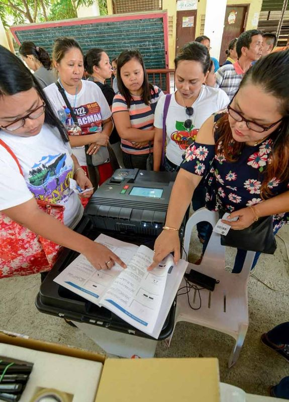 MACHINE TESTING. Members of the electoral board refer to the manual of the vote counting machine during the final testing and sealing of the VCM on Friday, May 10, 2019 at the Guadalupe Elementary School in Cebu City. (SunStar Photo/Arni Aclao)