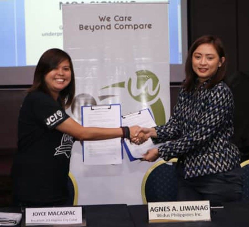 PAMPANGA. Angeles City Kuliat jaycees president Joyce Macaspac and Widus Hotel AVP Business Development Agnes Liwanag sign a memorandum of agreement for the Goal Project, a football clinic for Aetas, during Wednesday's PPC-Talk Widus. (Chris Navarro)