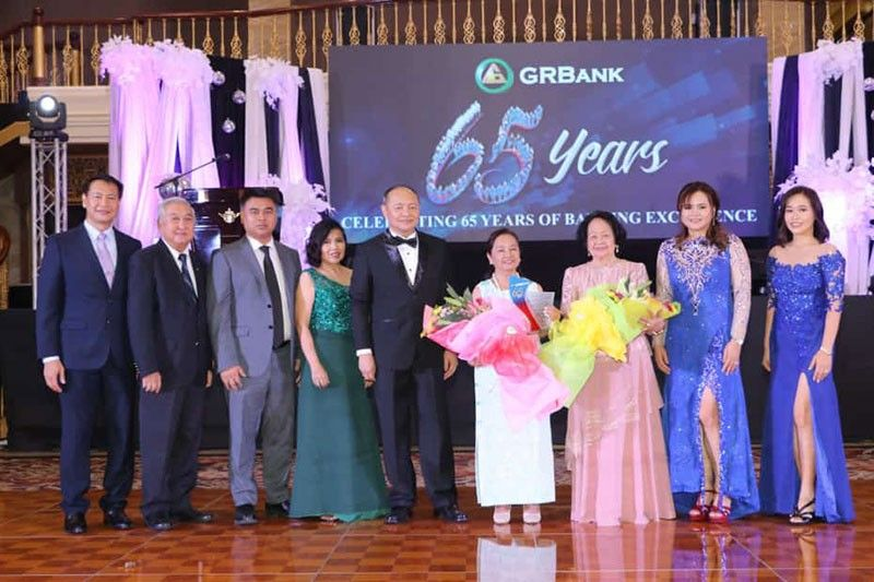 PAMPANGA. House Speaker Gloria Macapagal-Arroyo receives a plaque of appreciation from GRBank president and CEO Jose Antonio Blas Carlos; Sr. Executive VP and COO Elizabeth Carlos-Timbol and EVP for Admin and Operations Grace Carlos-Glorioso during the 65th anniversary of GRBank held at Kingsborough Convention Center, CSFP. Joining them are Chairman of the Board Amanda Carlos; BODs Carlos Coronel; Diane Cruz; Michael Lapid; Benigno Ricafort, and Emilio Philip Carlos. (Photo by Chris Navarro)