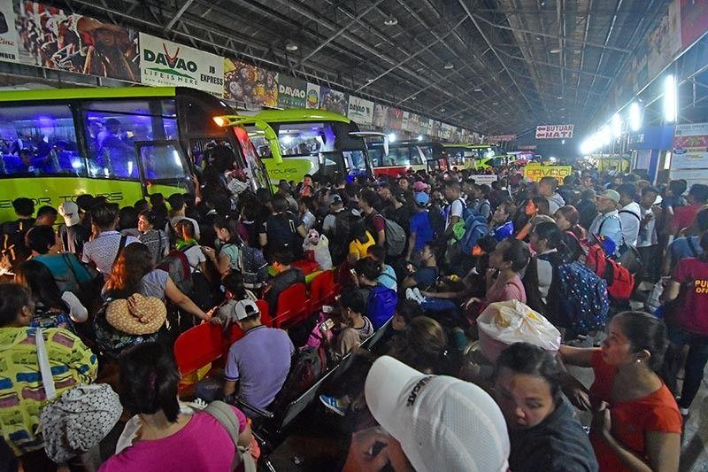DAVAO. Wa damha sa mga tigdumala sa Davao City Overland Transport Terminal (DCOTT) ang dutdutanay ug ang kadaghan sa mga tawo nga midagsa sulod sa terminal aron makauli sa mga sikbit na mga probinsya Sabado sa gabii isip pagbotar sa eleksyon karong adlawa. (Macky Lim)