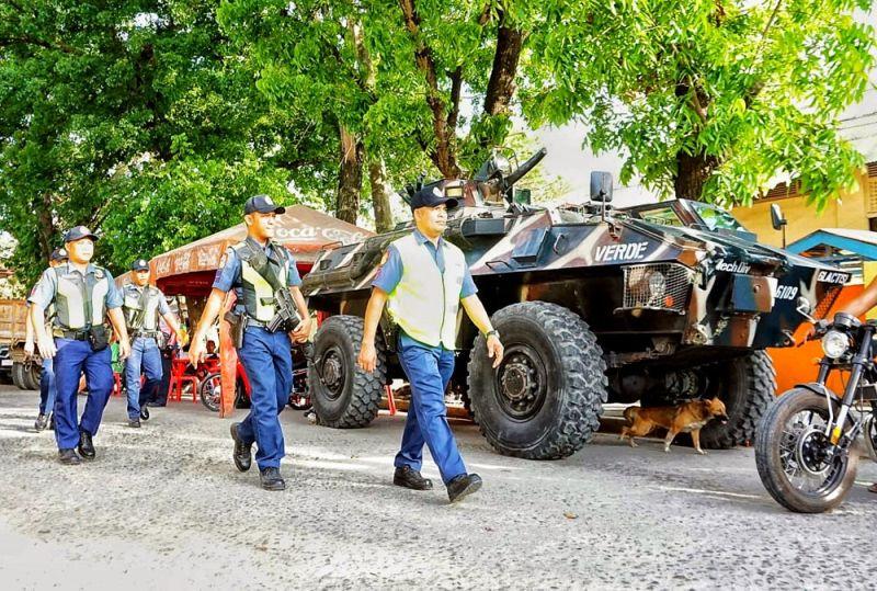 ANDAM SA ALARMA: Walay martial law sa Sugbo, dili sama sa Mindanao, apan sa unang higayon nga tangke de giyera ug pito ka K-9 dogs isip dugang pwersa gikan sa Armed Forces of Philippines Central Command aron pagtubag sa alarma tungod sa talandugong kahimtang sa kahusay ug kalinaw sa lungsod sa San Fernando, Cebu human sunodsunod nga insidente sa pagpamatay nga naglakip sa mga lokal nga opisyal. (Alex Badayos)