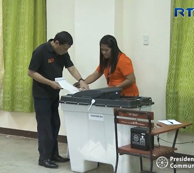 DAVAO. President Rodrigo Duterte feeds his ballot into the vote-counting machine after filling it up on Monday, May 13, 2019. (Photo from RTVM video)