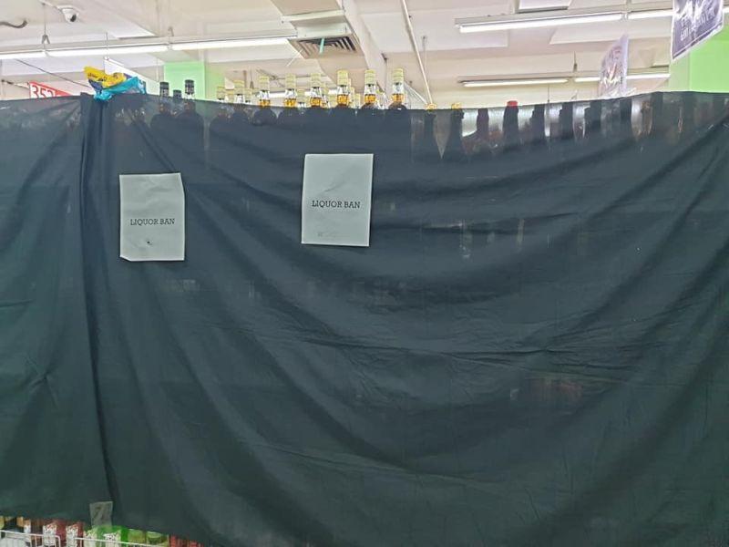 CAGAYAN DE ORO. Gitabunan sa usa ka mall sa siyudad sa Cagayan de Oro ang ilang baligya nga mga ilimnon agi og pagsunod sa balaod sa Commission on Election (Comelec) atol sa adlaw sa eleksyon. (Kris C. Sialana)