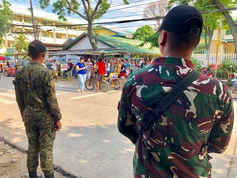 DAVAO. Anaa gawas sa Manuel L. Quezon Elementary School sa dalang Ponce, Barangay 28-C, Poblacion, Davao City ang mga sakop sa Task Force Davao kinsa nagbantay alang sa seguridad sa mga botante. Sa kinatibuk-an sa Davao City ug sa Davao Region walay natala nga dagkong mga panghitabo samtang gipahigayon ang piniliay kagahapong adlawa. (Jeepy P. Compio)