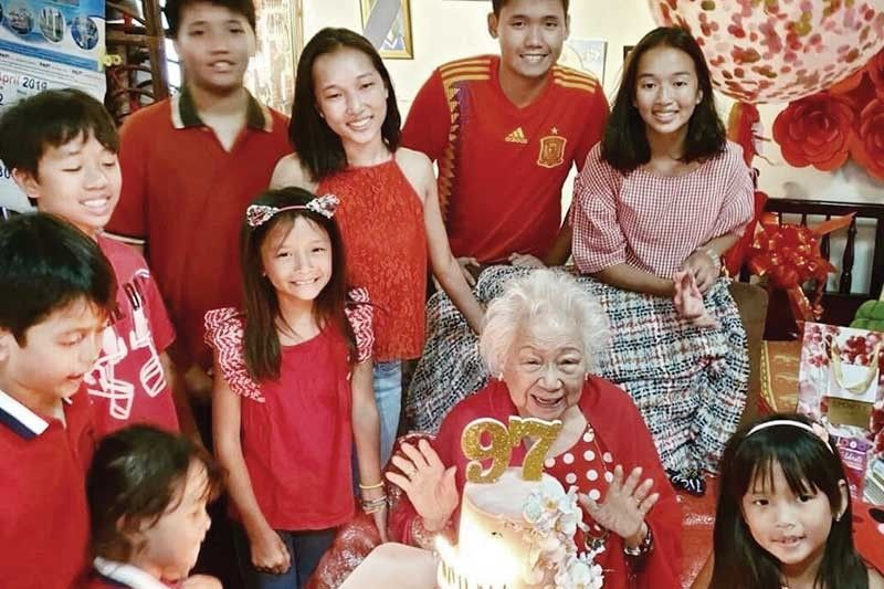 97TH BIRTHDAY. Lola Felisa Chiongbian with her great grandchildren.