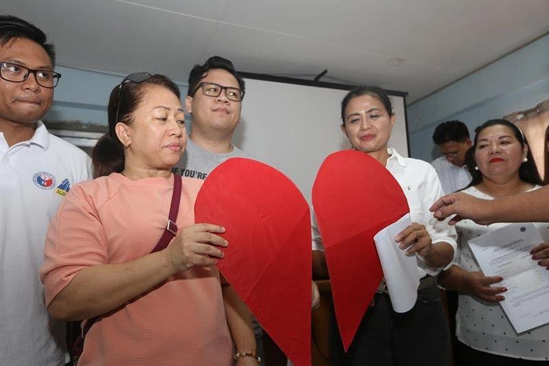 "UNITY WITH A ""HEART."" Winners in San Fernando, Cebu hold together a broken heart as a symbol of unity during their proclamation on Tuesday, May 14, at the Sangguniang Bayan legislative hall in San Fernando. (SunStar photo / Alex Badayos)"