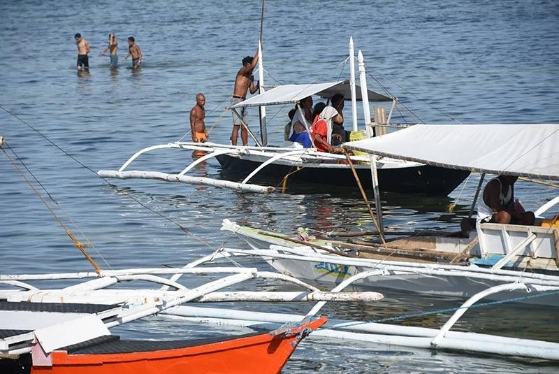 TAKE CARE OF THE TOURISTS. The Lapu-Lapu City Disaster Risk and Reduction Management Office is asking boatmen to make sure they don't bring tourists to go swimming in areas with swarms of jellyfish. (SunStar photo / Allan Cuizon)