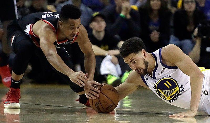 MY BALL. Gidayban ni Klay Thompson, tuo, sa Golden State Warriors ang bola aron iyang maunhan si CJ McCollum sa Portland Trail Blazers, wala, niining aktoha atol sa Game 1 sa NBA basketball playoffs Western Conference finals kagahapon. (AP)